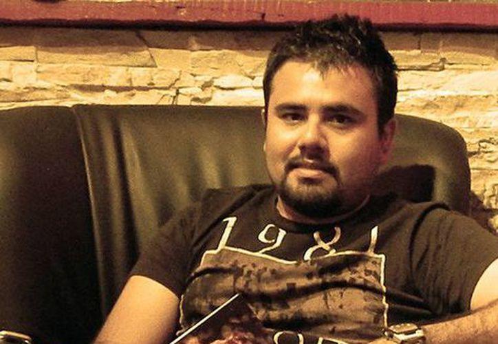 """Mauro Barea, escritor del libro """"El colapso del tiempo"""" fue el único escritor de Cancún seleccionado para participar. (Francisco Gálvez/SIPSE)"""
