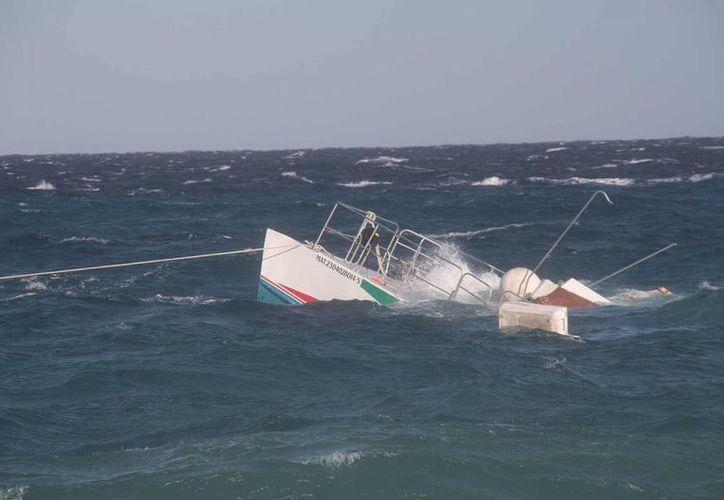Trabajadores de la embarcación y prestadores de servicios trataron de poner el navío a flote. (Julián Miranda/SIPSE)