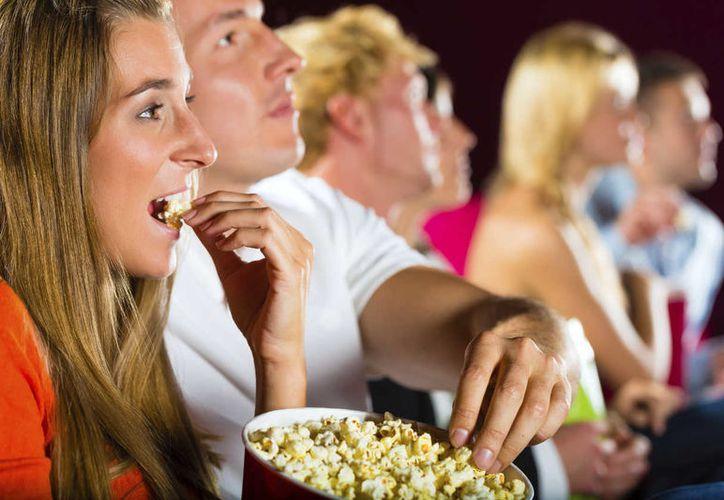 Comer en el cine es casi el doble de lo que un adulto promedio debe de consumir por un día. (Foto: Contexto/Internet)
