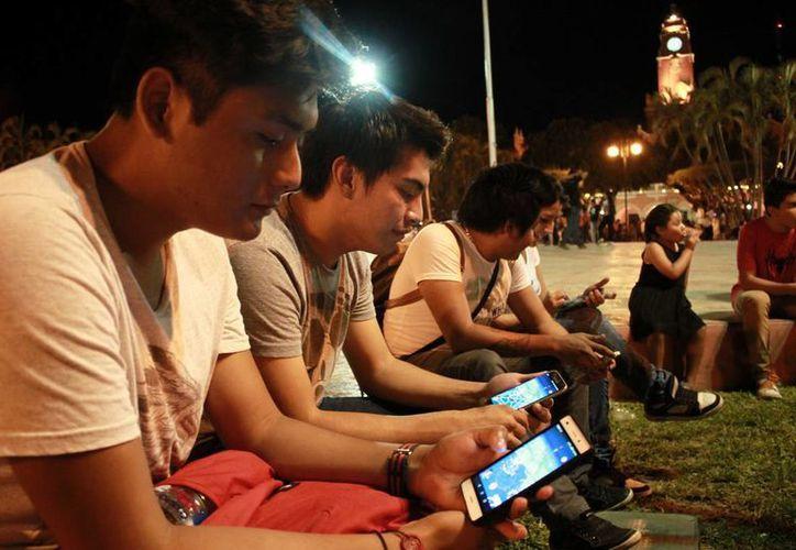 Numerosos jóvenes estuvieron en busca de 'Pokémon G'. (Jorge Acosta)