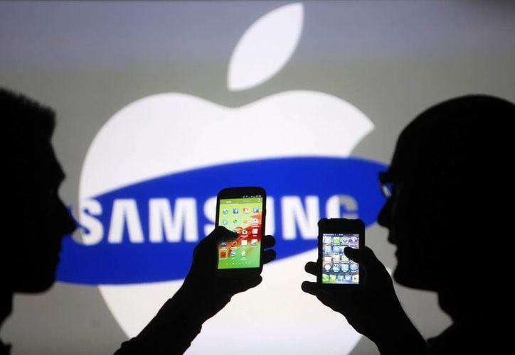 Apple le ganó a Samsung una de varias batallas legales que ambas compañías enfrentan. Un tribunal federal estadounidense dictaminó que los Galaxy ya no pueden copiar ciertas características del iPhone. (tecnologia.tiscali.it)