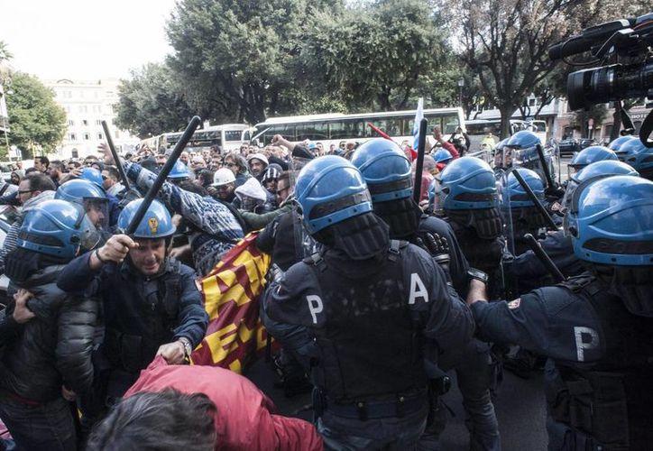 La policía se enfrenta a unos 600 empleados de una fábrica italiana del grupo industrial alemán ThyssenKrupp durante una protesta convocada ante la Embajada de Alemania en Roma  el pasado 29 de octubre. (EFE/Archivo)
