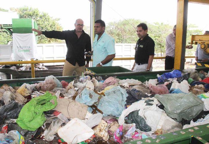 Representantes de Panamá durante el recorrido por la planta de separación de basura en Mérida. (SIPSE)