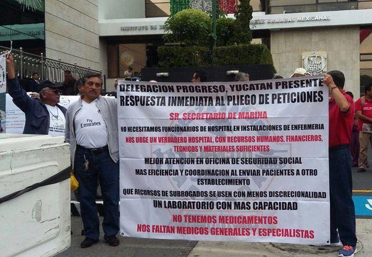 Integrantes de la Delegación Progreso de la Femirac, durante el plantón a las puertas del issfam, el miércoles 1 de septiembre de 2016, en la ciudad de México. (Cortesía)