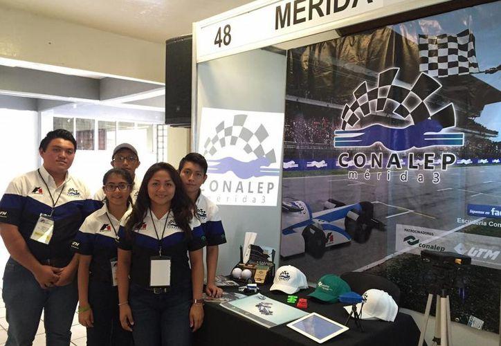 Alumnos del Conalep Yucatán quedaron en tercer lugar en un evento nacional que consistía en simular una escudería de F1. (Foto cortesía del Gobierno de Yucatán)