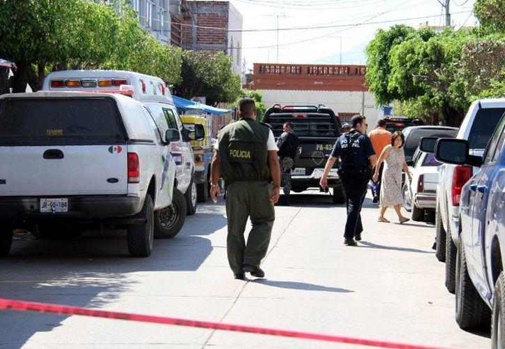 Elementos de la policía realizan investigaciones sobre este multi homicidio.