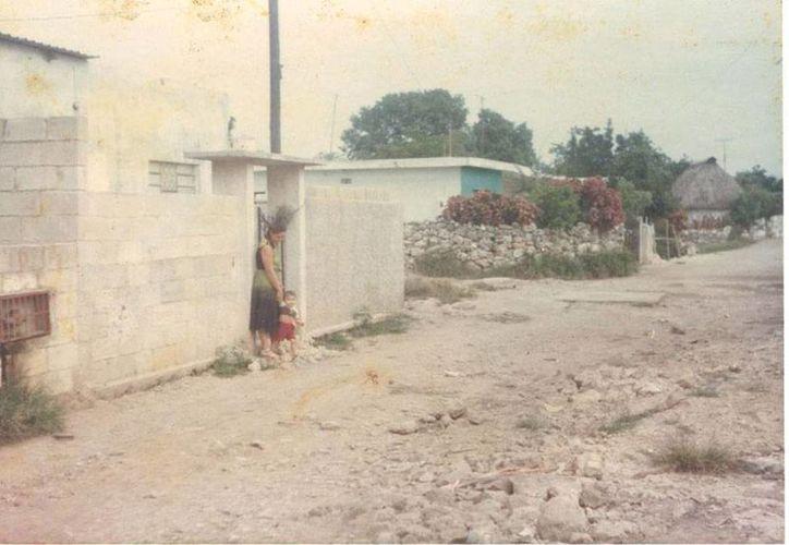 Imagen de la colonia en donde estaba la casa que se quemó. Fue tomada hace 25 años, cuando no estaban pavimentadas las calles y aún había algunas casas de paja. (Jorge Moreno/SIPSE)
