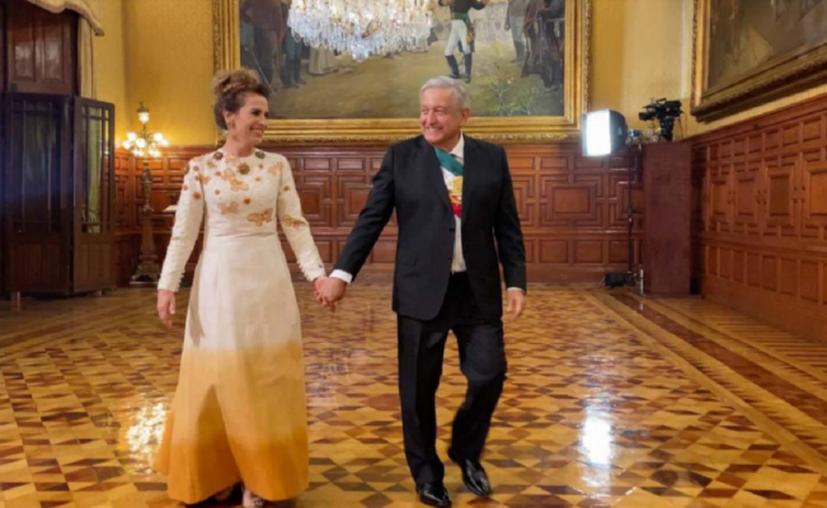 Mucha expectativa es lo que generó el atuendo que la esposa de Andrés Manuel López Obrador, Beatriz Gutiérrez Müller, lució en la ceremonia del Grito de Independencia que se celebró en el Palacio Nacional con motivo del aniversario 210 del inicio de la Independencia de México. (Foto: El Universal).