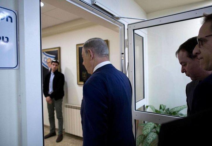 El primer ministro de Israel, Benjamín Netanyahu, arriba a su oficina en Jerusalén. Con un tuit, Netanyahu provocó un malestar del gobierno mexicano, por lo que el Presidente Reuvén Rivlin pidió disculpas al mandatario de México, Enrique Peña Nieto. (Abir Sultan, Pool via AP)