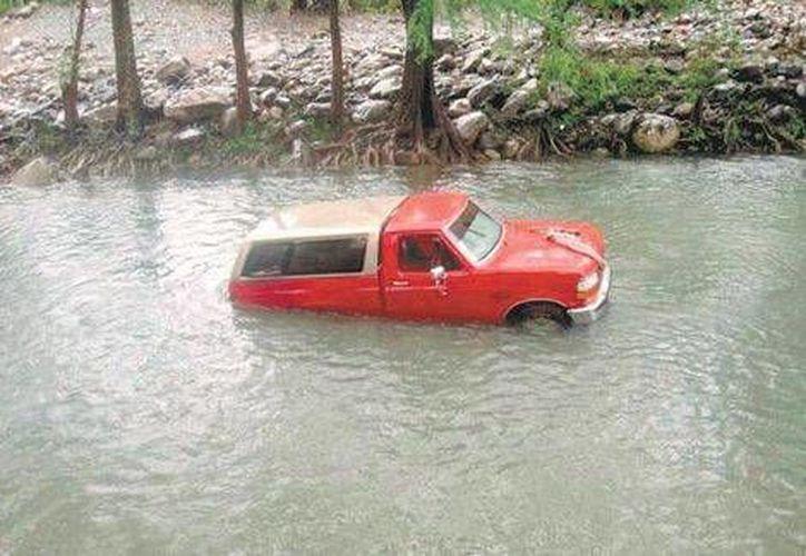 Esta es la camioneta con cámper que quedó varada en el río Ramos, con el motor encendido, lo que propició la intoxicación de los menores de edad. (Foto: Brígido Aguilar/Milenio)