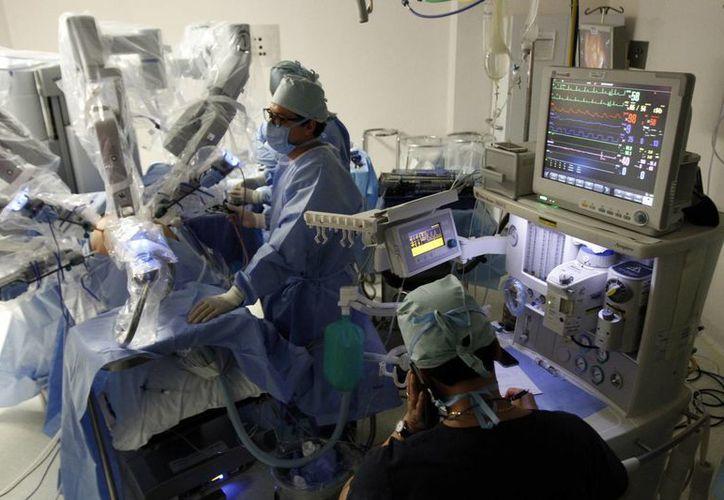 Los médicos aseguran que una cirugía realizada con Da Vinci causa un 90% menos de dolor. (Notimex)