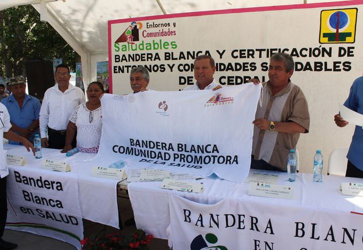 Las autoridades durante el acto protocolario para el izamiento de la bandera. (Raúl Balam/SIPSE)