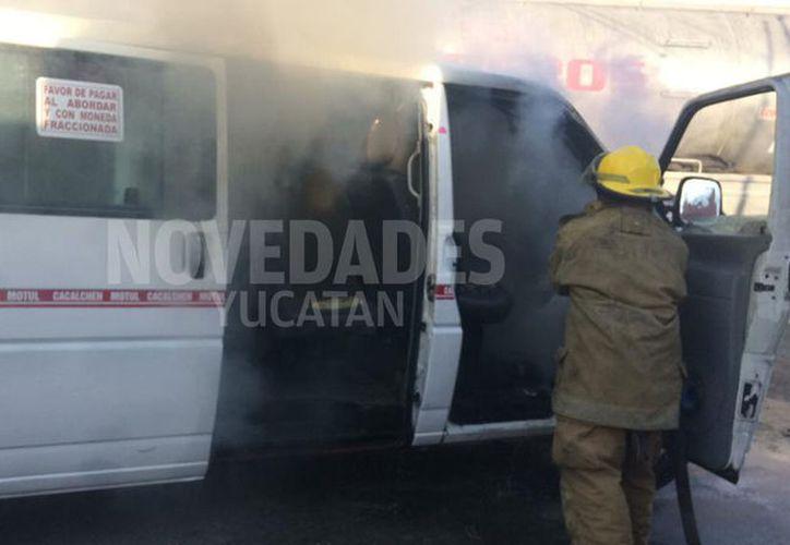 El fuego consumió gran parte del taxi. (Foto: Jorge Couoh/Novedades Yucatán)