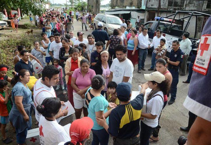 La Cruz Roja y autoridades locales llevan ayuda humanitaria a ocho municipios de Tabasco afectados por las lluvias que trajera consigo el frente frío número 20. (Notimex)