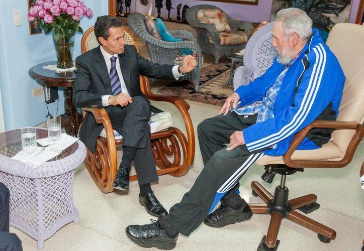 El presidente Peña Nieto sostuvo un encuentro de una hora con Fidel Castro. (Presidencia)