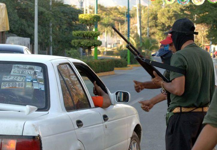 La semana pasada, integrantes de la Policía Comunitaria instalaron retenes en tramos carreteros y accesos de los municipios de Ayutla de los Libres, Tecoanapa, Florencio Villareal (Cruz Grande) y Copala. (Archivo/Notimex)