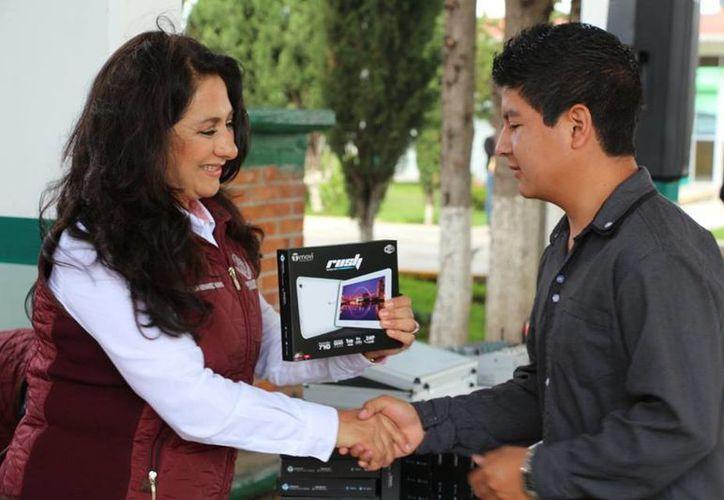 Cinco días después de la graduación de los estudiantes, la diputada acudió a entregarles las tabletas prometidas. (Facebook/María Gloria Hernández Madrid)