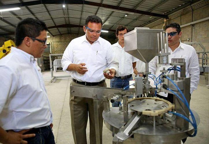 El Gobernador constató los beneficios del programa Incuba Tic en empresa de jóvenes. (Cortesía)