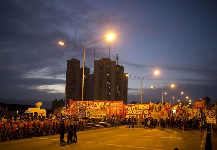 Al despuntar el alba los sindicatos del transporte iniciaron la huelga en protesta por los impuestos sobre los salarios y la elevada inflación. (AP Foto/Natacha Pisarenko)
