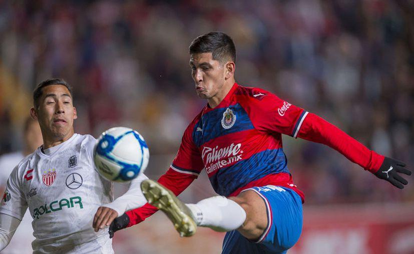 Víctor Guzmán en juego amistoso del 4 de enero del año en curso enfundado en la playera de Chivas contra Necaxa (foto mexport)