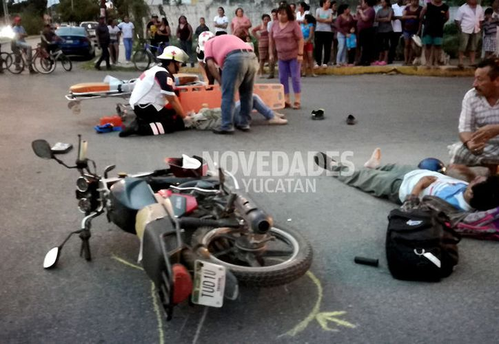 A pesar de que la mujer y el hombre quedaron tirados en plena calle, los paramédicos determinaron que no requerían hospitalización.