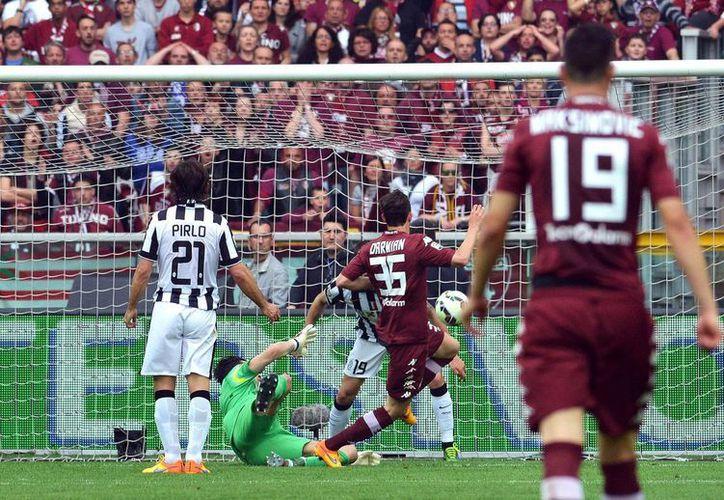 Matteo Darmian (segundo desde la derecha) anota un gol para el Torino en el clásico de Turín contra la Juventus este domingo. (Foto Andrea Di Marco/Ansa via AP)