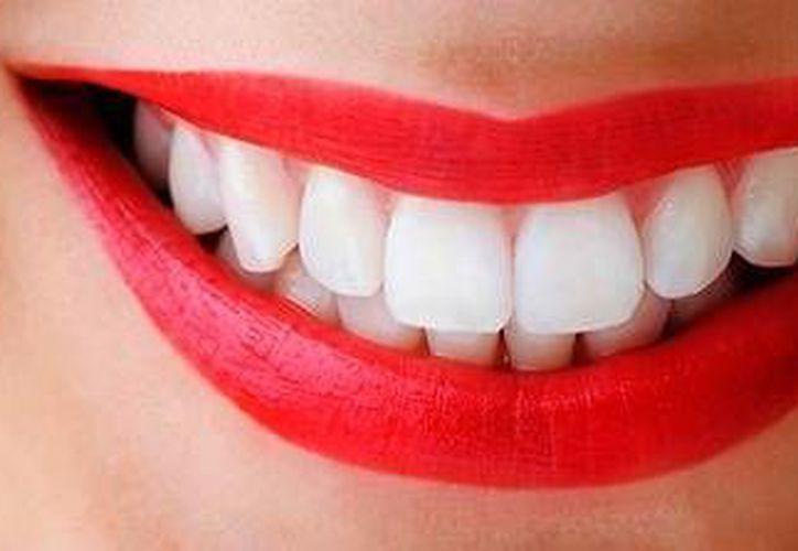 Comer a diario una rodaja de papaya o también una manzana puedes ayudarte a tener una blanca sonrisa. (Contexto/Internet)