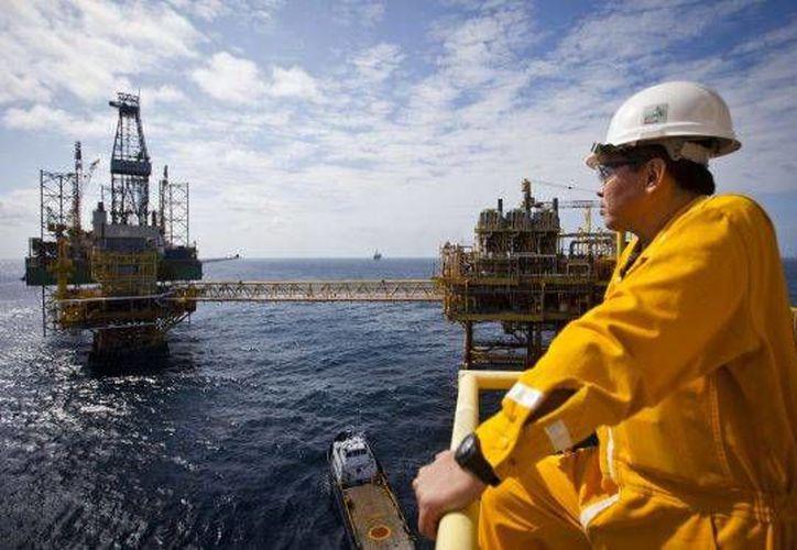 El panorama de Pemex se advierte muy difícil. En el tercer trimestre de 2016, sus ingresos bajaron un 12.4 %, una pérdida de 118 mil mdp. En la imagen, una plataforma de Pemex en el Golfo de México. (Foto: Saúl Ruiz/El País)