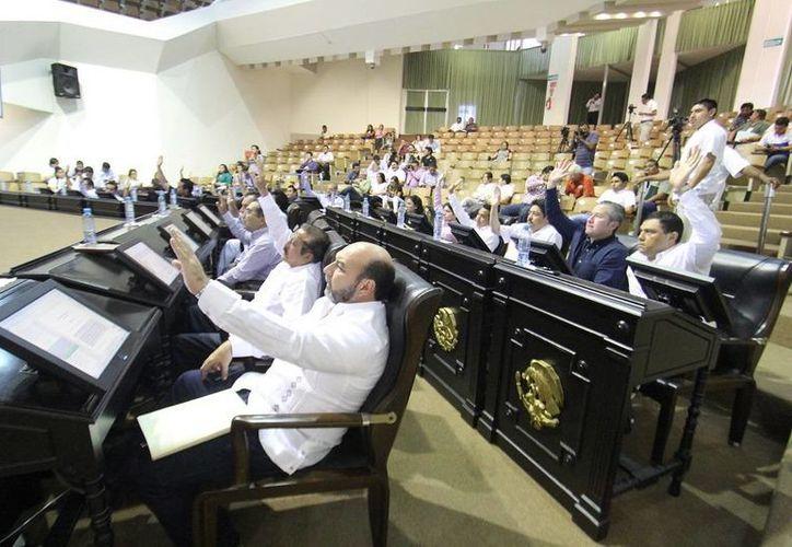 Diputados de Yucatán en la sesión en la que aprobaron cinco leyes a favor de las mujeres. (Cortesía)
