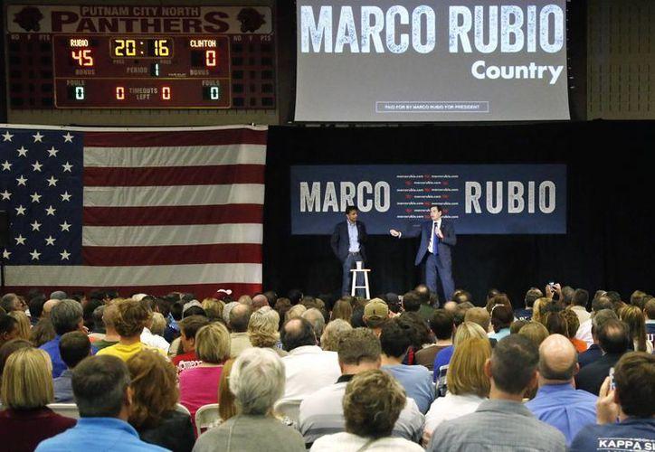 El aspirante a la nominación republicana a la presidencia, el senador por Florida Marco Rubio, gesticula durante un acto de campaña celebrado en el gimnasio de una escuela secundaria en Oklahoma City. (Agencias)