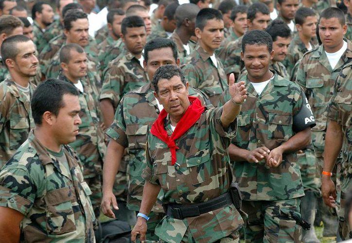 Imagen del 7 de febrero de 2006 del exlíder paramilitar Ramon Isaza (c) hablando con sus hombres. Isaza quedó libre el 29 de enero pasado luego de permanecer preso por casi 10 años. (Foto: Archivo AP/Luis Benavides)