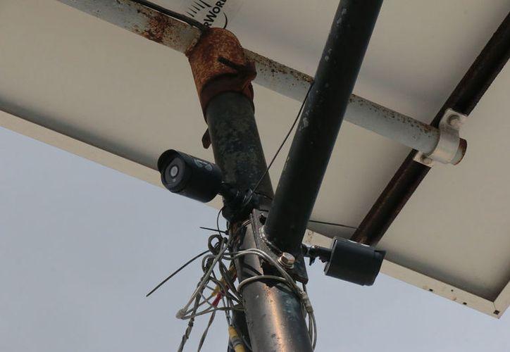 La cámara se instaló ante los casos de robo en la escuela. (Gustavo Villegas/SIPSE)