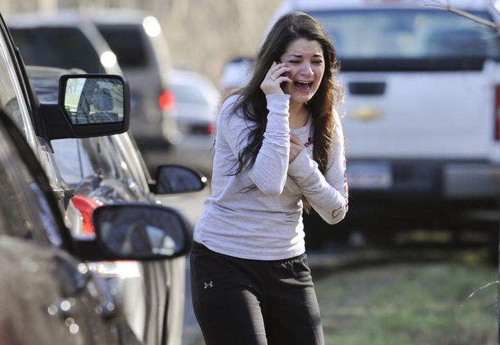 Un hombre armado mató el viernes a 26 personas, entre ellas 20 niños. (Agencias)