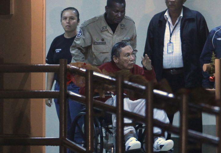Por pedido de los familiares de Noriega, las autoridades de salud se abstienen de ofrecer información sobre la situación del ex dictador. (AP/Esteban Felix)