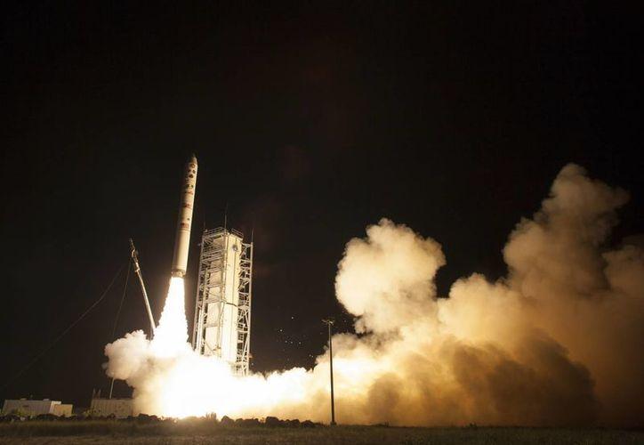 El proyectil Minotauro despeja llevando consigo a la sonda Ladee. (Agencias)