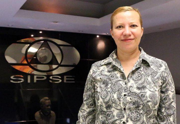Eva Evia Ricalde, directora de la escuela 'Leopoldo Peniche Vallado', invita a tomar los cursos gratuitos. (José Acosta/Milenio Novedades)