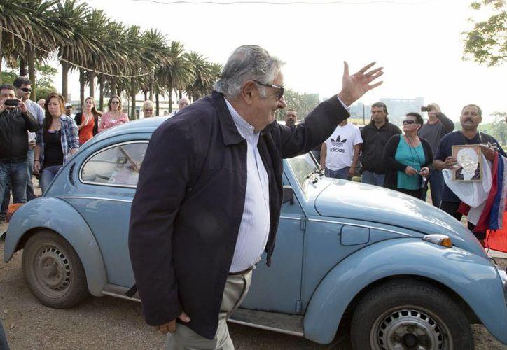 José Mujica, presidente de Uruguay, durante su arribo en un Volkswagen a un módulo de votación en Montevideo. (Foto: AP)
