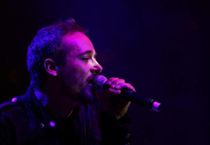 El vocalista del grupo español Love of Lesbian, Santi Balmes, se presenta en el Festival Vive Latino, que se desarrolla en el Foro Sol, en Ciudad de México. (EFE)