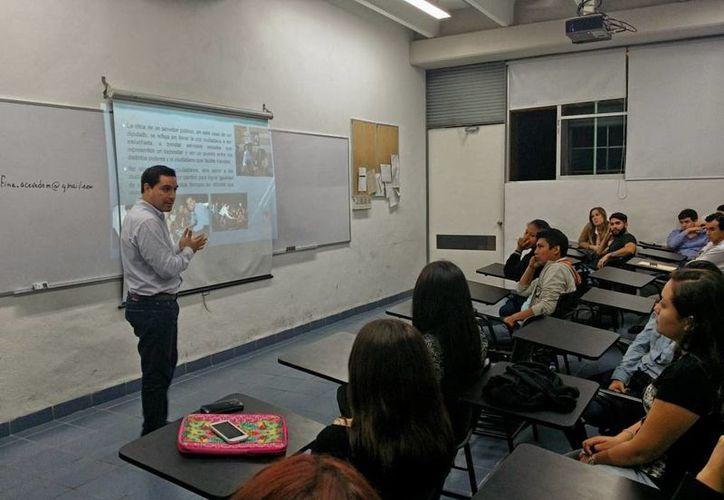 El diputado Mauricio Vila Dosal durante su plática ante estudiantes de derecho de la Universidad Marista. (SIPSE)