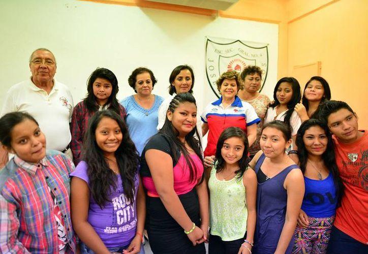 """Estudiantes de la Escuela Secundaria Federal Número 4 """"José Vasconcelos"""" en el programa Salvemos una Vida. (Luis Pérez/SIPSE)"""