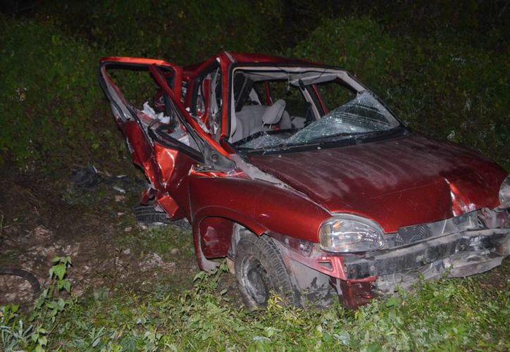 Los dos hombres que iban en el Chevy rojo y el que manejaba la camioneta blanca  en la carretera Conkal - Chixchulub Puerto resultaron sorprendentemente con heridas menores. (Carlos Navarrete/SIPSE)