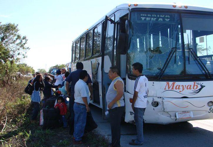 El camión de pasaje involucrado en el percance. (Manuel Salazar/SIPSE)