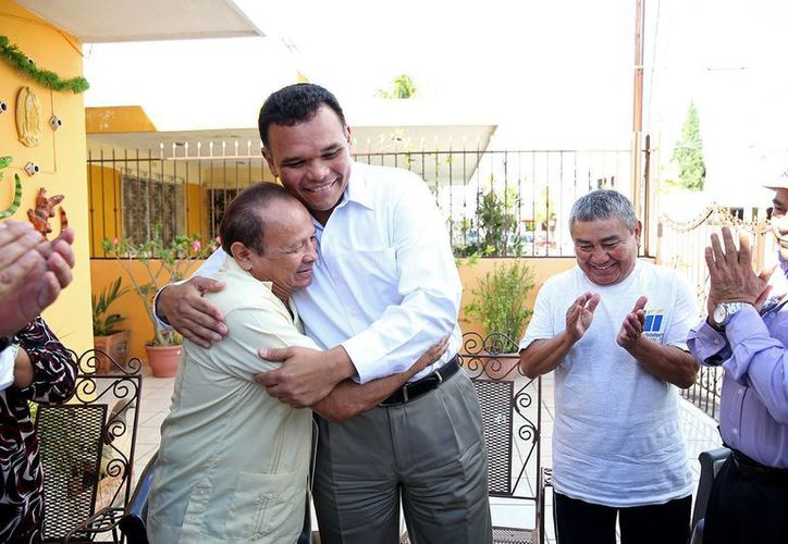 El gobernador Rolando Zapata con el exboxeador Miguel Canto durante un reconocimiento.