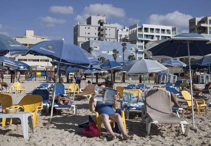 La lucha bélica desatada en verano asestó un serio golpe al próspero sector turístico israelí. Las pérdidas suman cientos de millones de dólares. (AP)