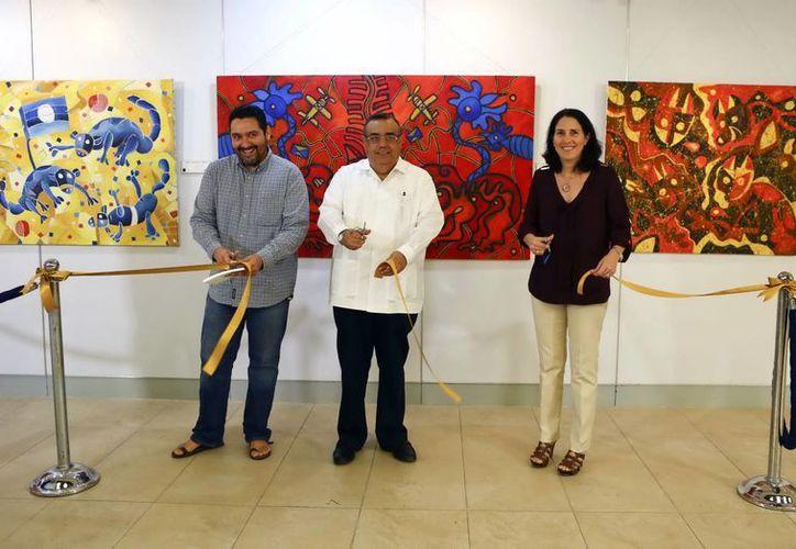 Ernesto Novelo, Héctor Navarrete Muñoz y Genoveva Fáller al inaugurar la exposición. (Milenio Novedades)