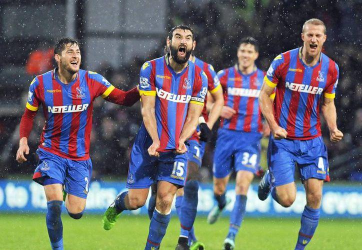Mile Jedinak, del Crystal Palace, celebra con sus compañeros los tres goles que le anotaron al Liverpool este domingo. (EFE)