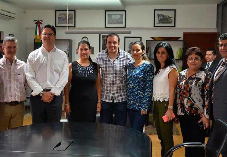 Cuauhtémoc Blanco Bravo (al centro, de cuadros) está en el ojo del huracán, tras revelarse que, para ser candidato del PSD a la Alcaldía de Cuernavaca, firmó un contrato que involucra incluso a quien es su representante personal en cuestiones relacionadas con el futbol. (cuernavaca.gob.mx)
