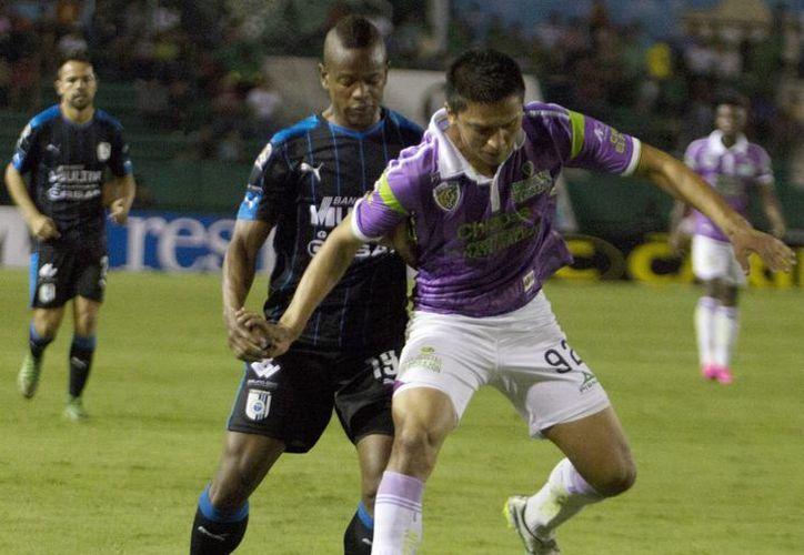 La Liga MX podría poner un tope al salario de los futbolistas y bajaría su número de naturalizados. En la foto, un partido entre Jaguares de Chiapas y Gallos Blancos de Querétaro. (Notimex)