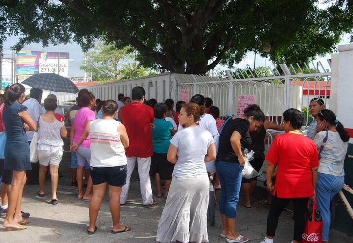 La noticia del paro de labores indefinidas les provocó una gran molestia, pues no llevan ni 15 días de haber iniciado el ciclo escolar 2013-2014. (Tomás Álvarez/SIPSE)