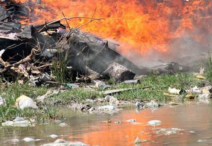 Aspectos del incendio reciente donde el septuagenario perdió su vivienda. (Archivo/SIPSE)